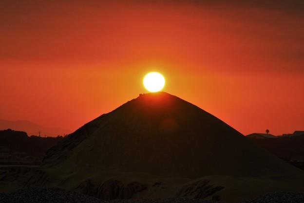 写真: ピラミッドに沈む
