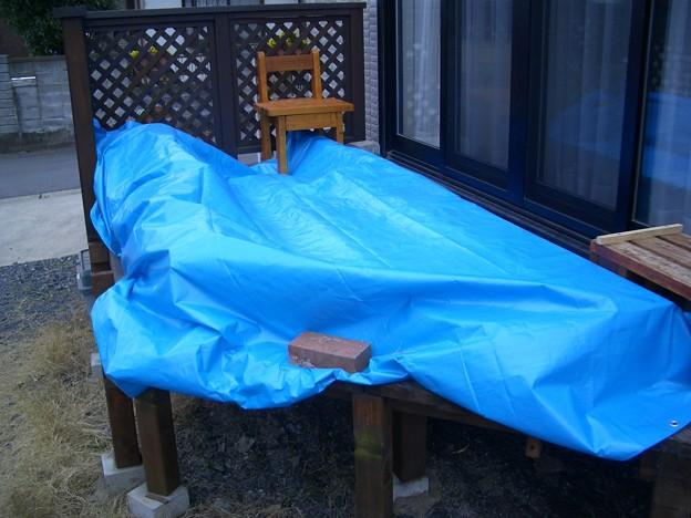 ブルーシートを被せて雨をしのぎます