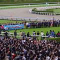 牝馬3冠達成で大賑わいの口取り式