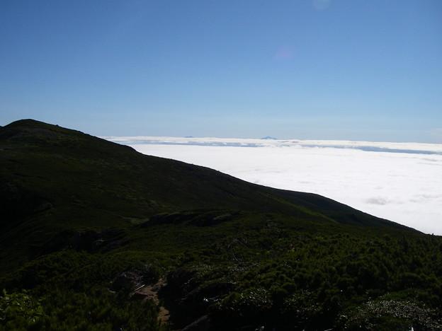 雲海の上に国後島の爺爺岳(1822m)