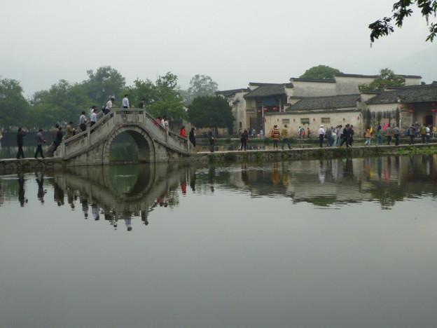 縮緬波に歪む宏村南湖橋 Bridge over South Lake,Hongcun *古橋の映れる水面(みなも)揺り乱す風吹き絶えし時に会うかも