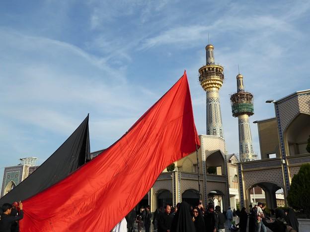 旗の下に~イラン Haram-e Motahhar square