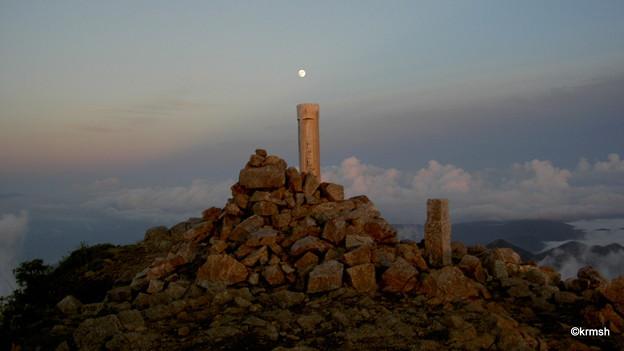 大朝日岳山頂で見る月