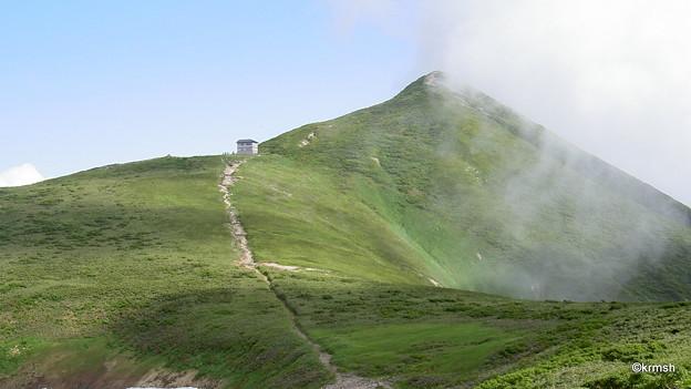 大朝日岳山頂避難小屋と大朝日岳山頂