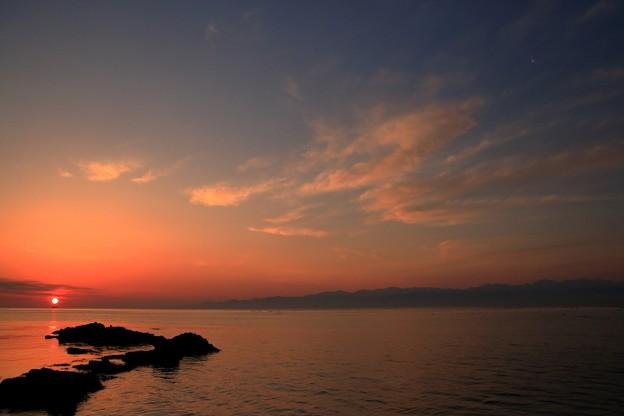 今日の朝景:朝日と月