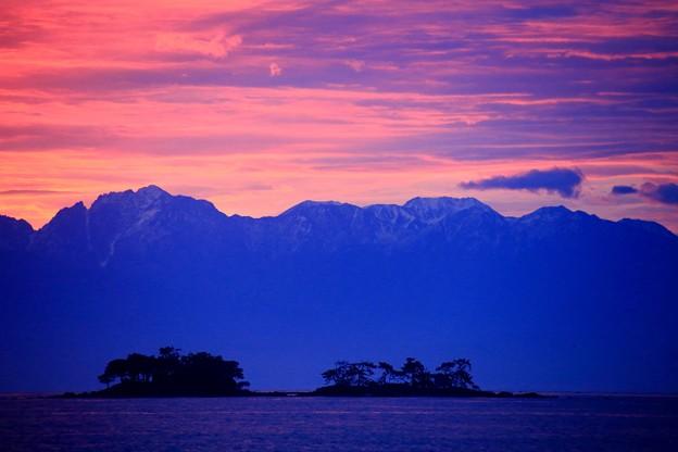 写真: 朝焼け・劔・虻が島