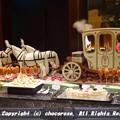 写真: 白馬の馬車とケーキ