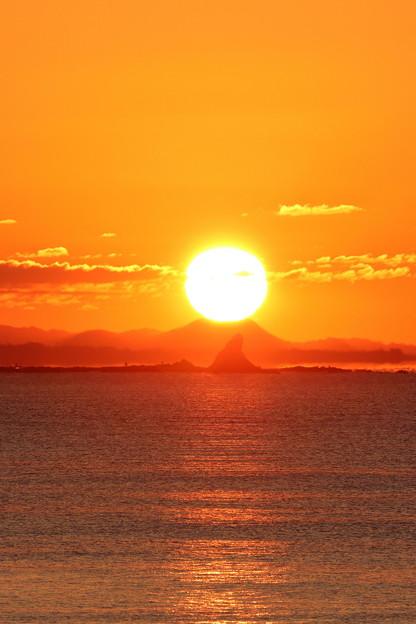 Photos: えぼし岩の後ろから日の出