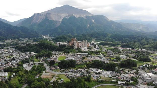 武甲山と町並み