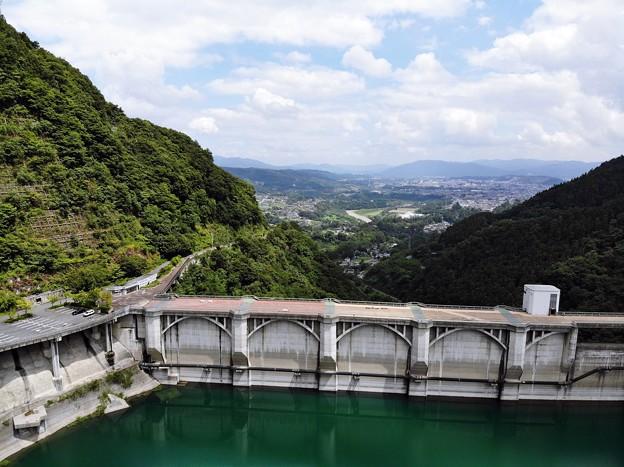 ダムの下の町