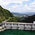写真: ダムの下の町
