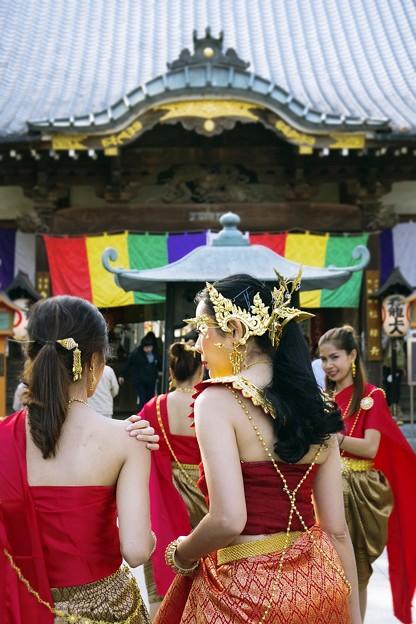 日本のお寺の前で