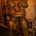 写真: 抱き合うエロい人形@栃木・性神の館