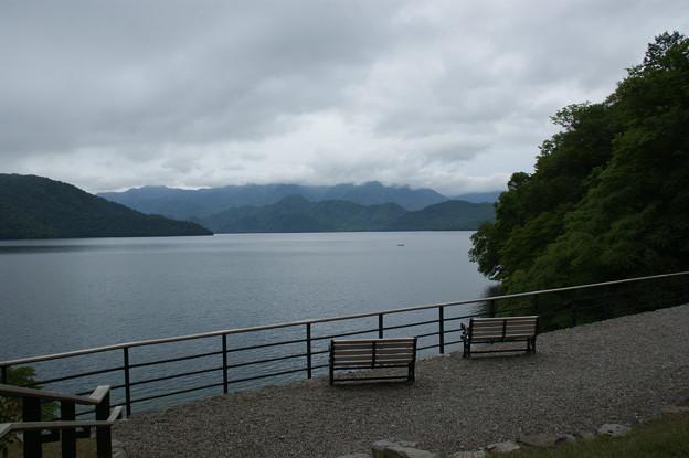 ベンチと湖水