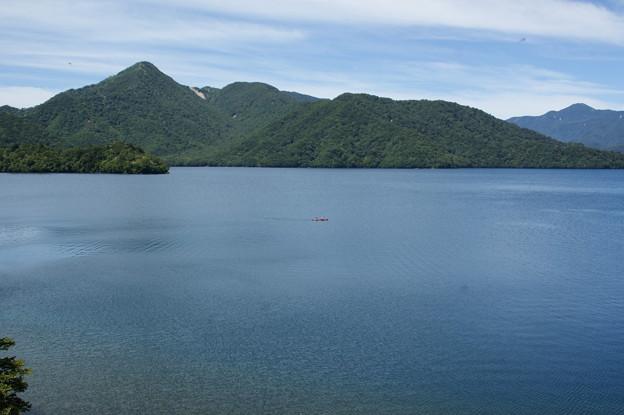 湖水とカヌー
