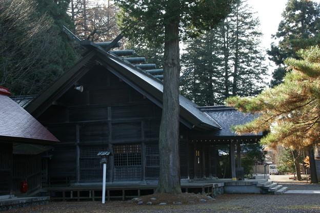 隣接する護国神社拝殿