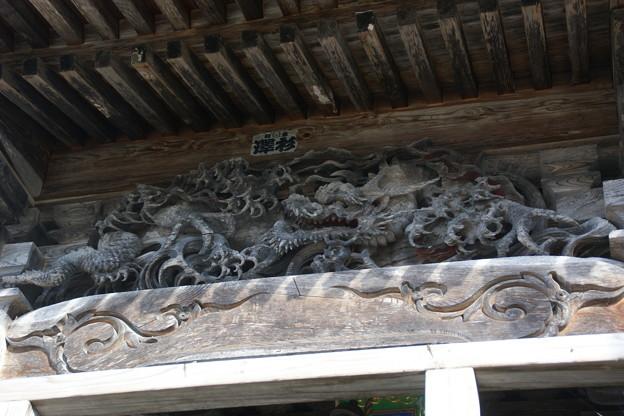 堂の外の彫刻