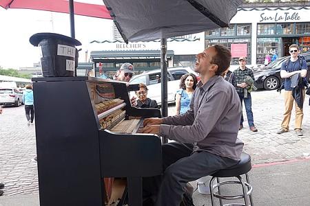2018.07.02 シアトル Pike Place Market 路上でPiano