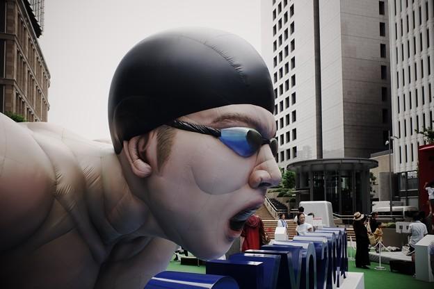2019.08.19 東京ミッドタウン日比谷 超ふつうじゃない 2020 展 水泳バルーン