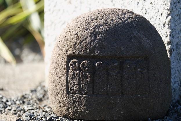 2021.01.08 和泉川 奉納幟 基部の小さな石 六地蔵