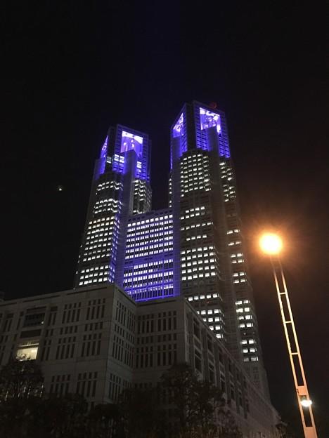 東京都庁の夜は、青いライトアップで雰囲気抜群
