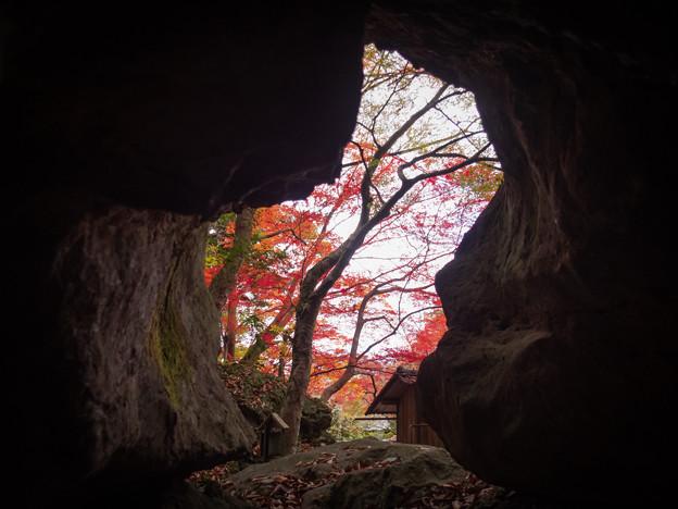 洞窟から秋
