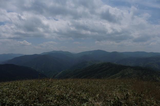 写真: 新緑の西中国山地の山なみ