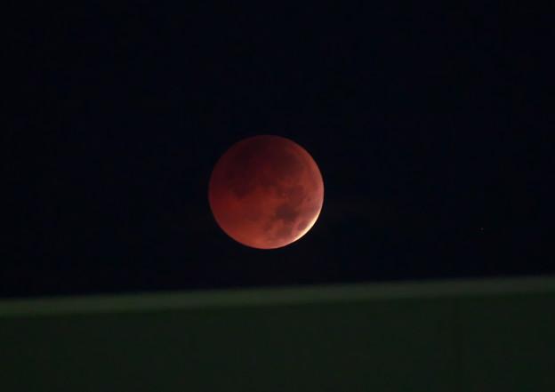 今日の月食 皆既直前