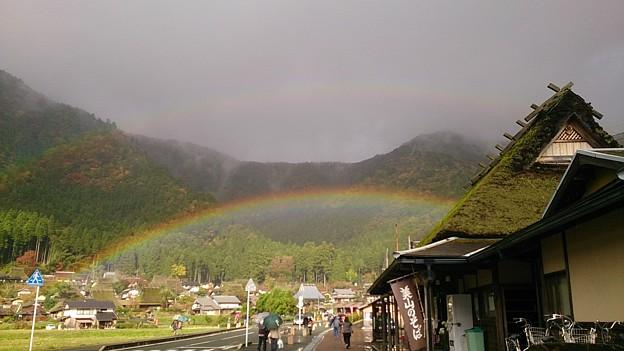 虹の端~ 茅葺き屋根にかかる二重の虹