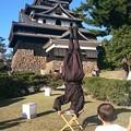 写真: 松江城の忍者とじっと見つめる男の子 2