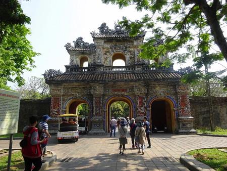 180325-16装飾のある門