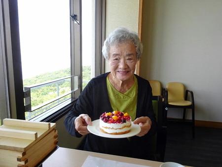 180617-3ケーキを持つ母