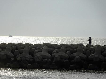 200530釣りする少年