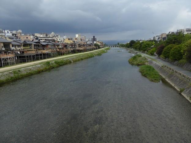 鴨川沿いには夏の風物詩「川床」