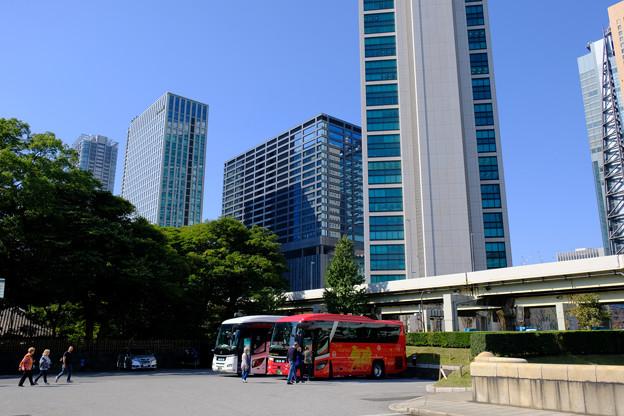2ビルと観光バス