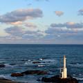夕方の海(灯台と飛ぶ鳥の集団)