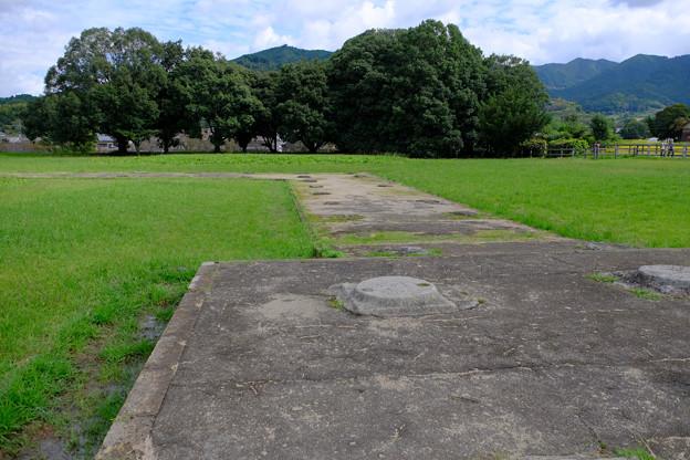 橘寺と川原寺の間の礎石