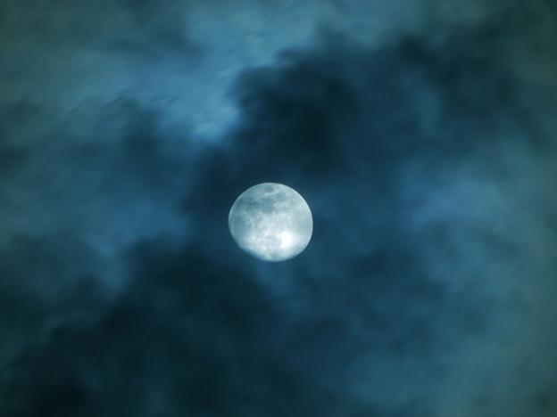 写真: 月齢11.3 流れる雲越しの月