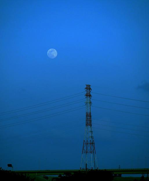 写真: 雲を乗り越えて昇ってきた月