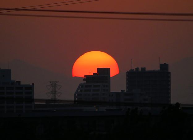 写真: 彼方に沈む夕日