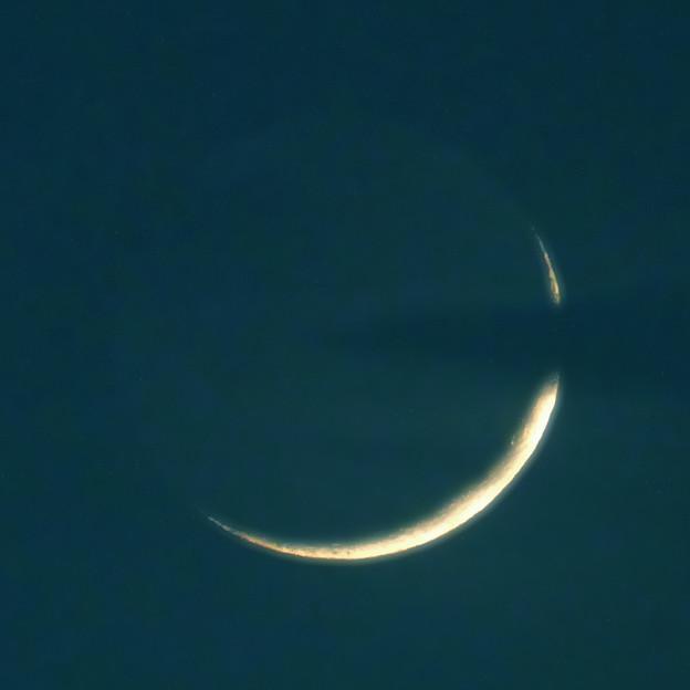 月齢1.9の月~雲間の極細の月