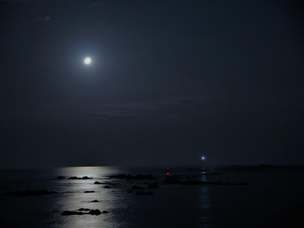 写真: 岩礁と月光