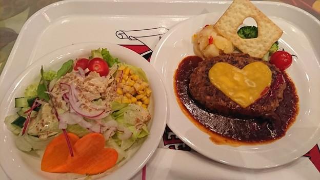 ハウスサラダ チーズハンバーグ