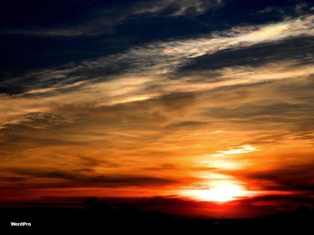 写真: 彩雲と夕陽