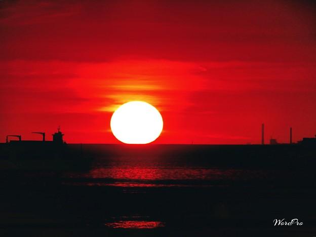 水平線上に沈む夕陽