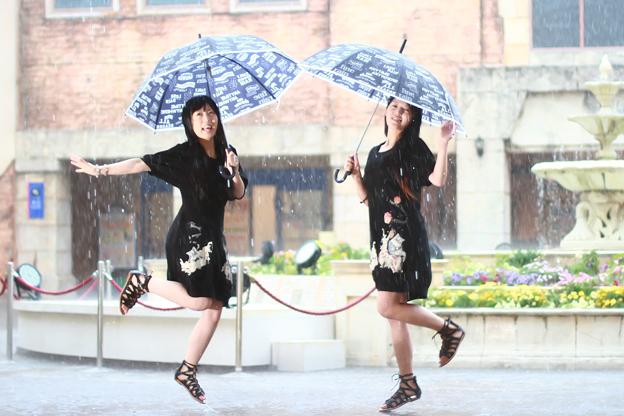 写真: 雨に踊れば