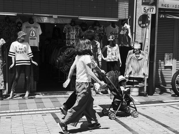 写真: 昼下がりのどぶ板通り *b