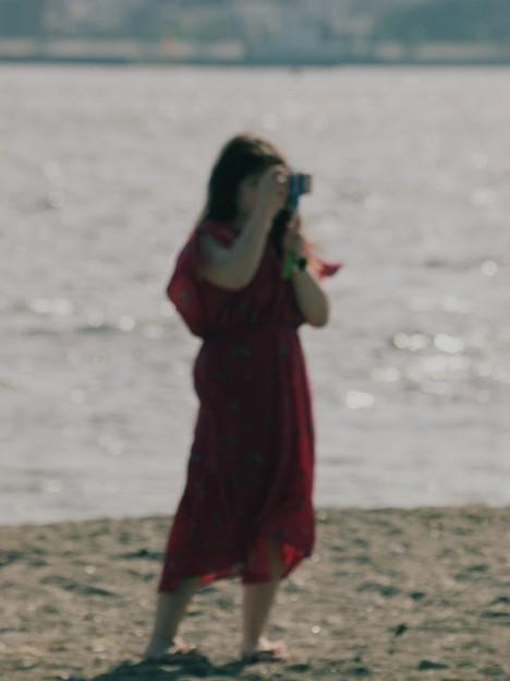 海岸を撮る女人