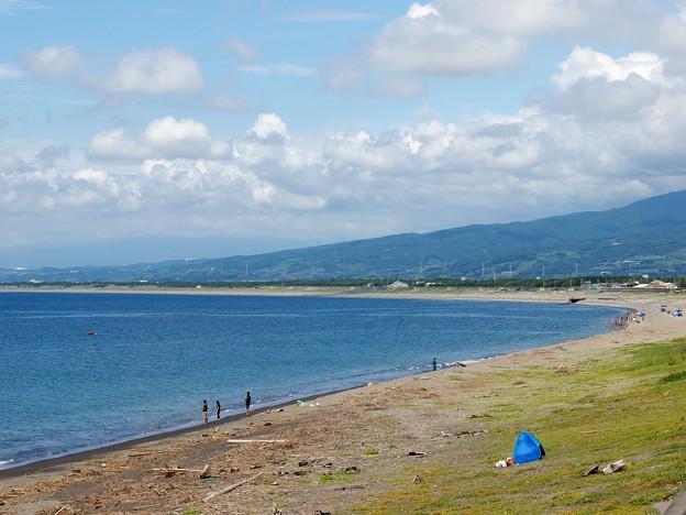 千本浜海岸にさざ波は打ち寄せ