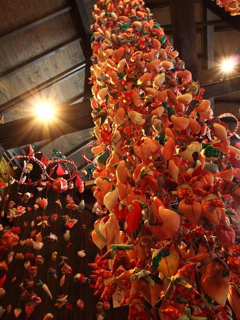 天井から吊るされた吊るし飾り